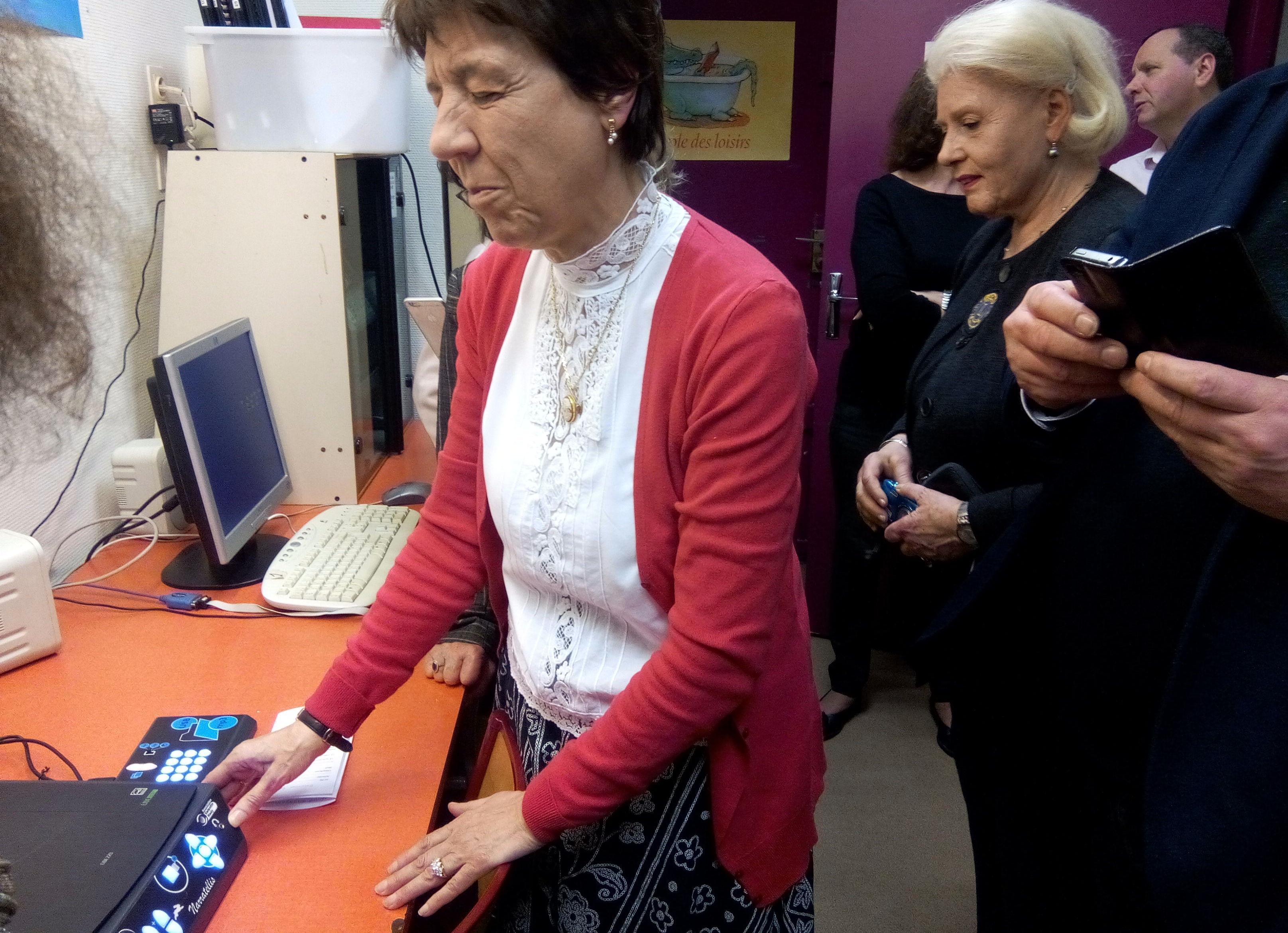 Olga d'Amore présentant la machine à lire